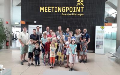 Herzkranke Kinder und ihre Familien besuchen den Flughafen Köln-Bonn